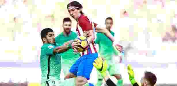 Suárez comete infração no ataque ao tocar a bola com a mão - Gonzalo Arroyo Moreno/Getty Images - Gonzalo Arroyo Moreno/Getty Images