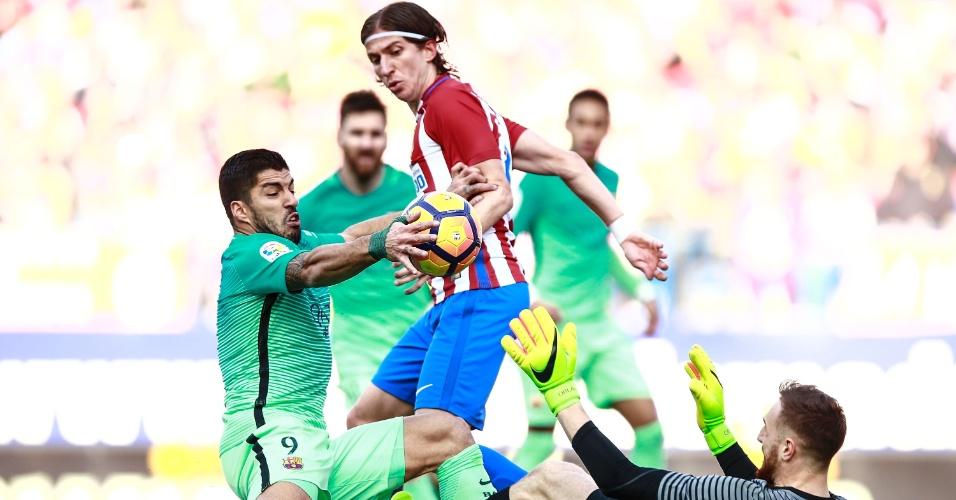 Suárez comete infração no ataque ao tocar a bola com a mão