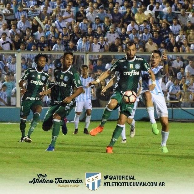 Edu Dracena e Fernando Zampedri dividem em cruzamento que resultou no gol do Atlético Tucumán contra o Palmeiras na Libertadores