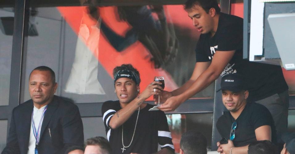 Neymar é servido durante a partida entre PSG e Amiens
