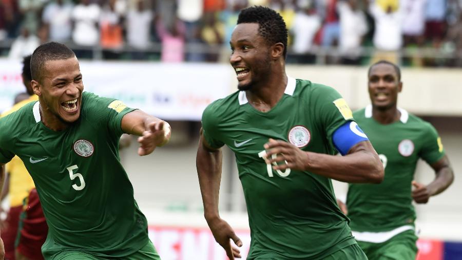 Obi Mikel comemora um dos gols da goleada contra Camarões - Pius Utomi Ekpei/AFP