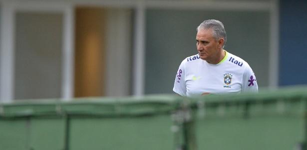 Tite em momento pensativo durante treino da seleção brasileira nesta terça-feira