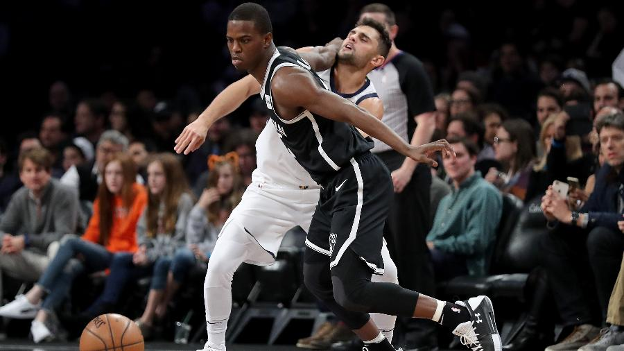 Raulzinho marca Isaiah Whitehead durante Jazz x Nets - Abbie Parr/AFP