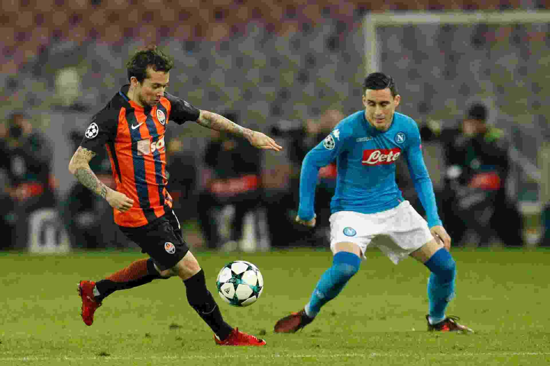 Bernard encara a marcação de Callejon na partida entre Napoli e Shakhtar Donetsk, pela Liga dos Campeões - undefined