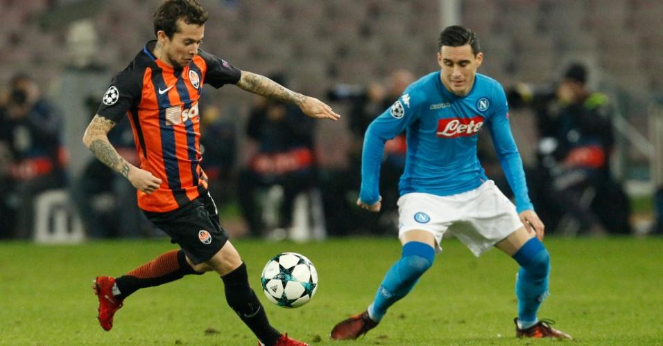 Bernard encara a marcação de Callejon na partida entre Napoli e Shakhtar Donetsk, pela Liga dos Campeões