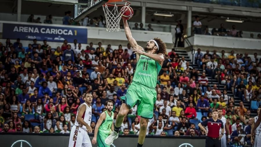 Anderson Varejão faz cesta em Brasil e Venezuela - Divulgação/FIBA