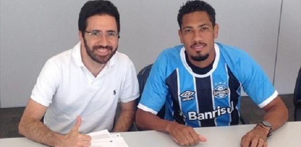Hernane Brocador (d) ao lado de André Zanotta, executivo de futebol do Grêmio - João Paulo Fontoura/Grêmio