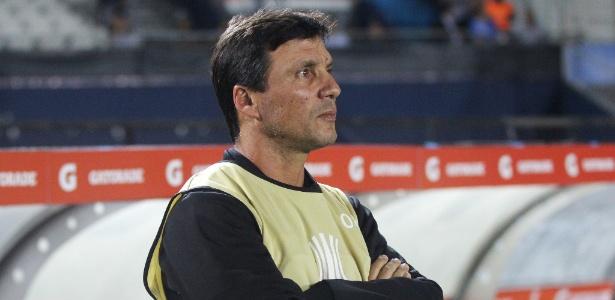 Zé Ricardo observa atônito à goleada do Racing sobre o Vasco no El Cilindro