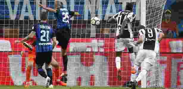 Higuain cabeceia para marcar o gol do triunfo da Juventus sobre a Inter - Stefano Rellandini/Reuters - Stefano Rellandini/Reuters