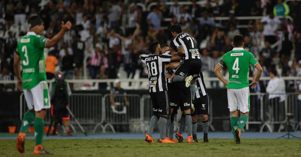 Jogadores do Botafogo comemoram gol de Matheus Fernandes contra o Audax