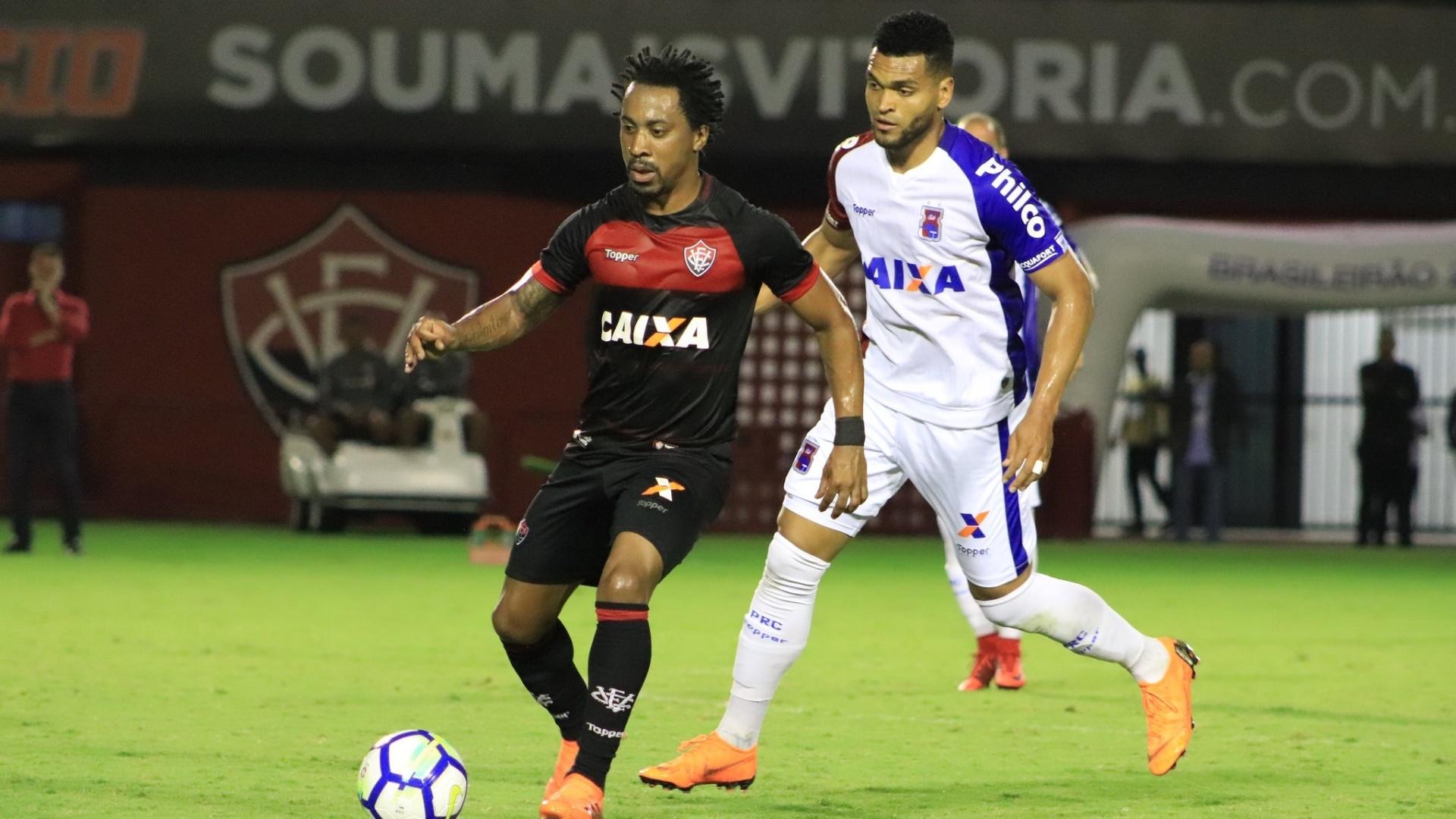 Na estreia pelo Vitória, Arouca domina a bola e é acompanhado por marcador do Paraná