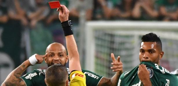 Expulsão de Felipe Melo aos 3 minutos deixou o jogo difícil para o Palmeiras