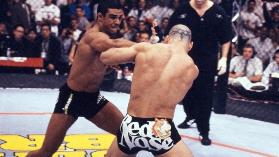 Vitor Belfort acerta Wanderlei Silva em sua vitória por nocaute no 1º UFC no Brasil, na década de 1990 - Getty Images