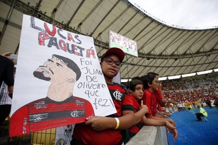 Torcedor do Flamengo exibe cartaz em homenagem a Lucas Paquetá antes de jogo contra o Atlético-PR