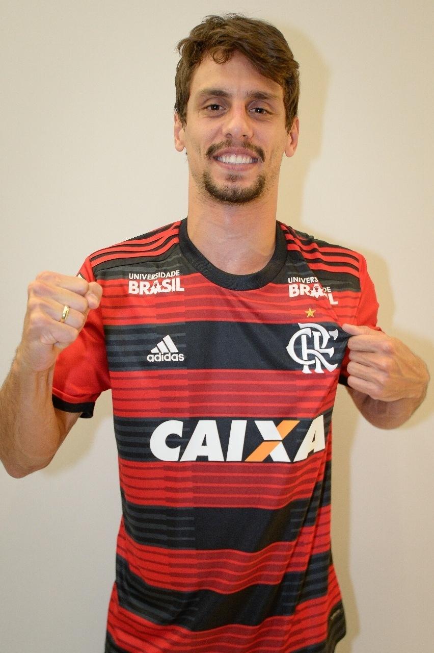 Rodrigo Caio veste a camisa do Flamengo b8f71debcbb18