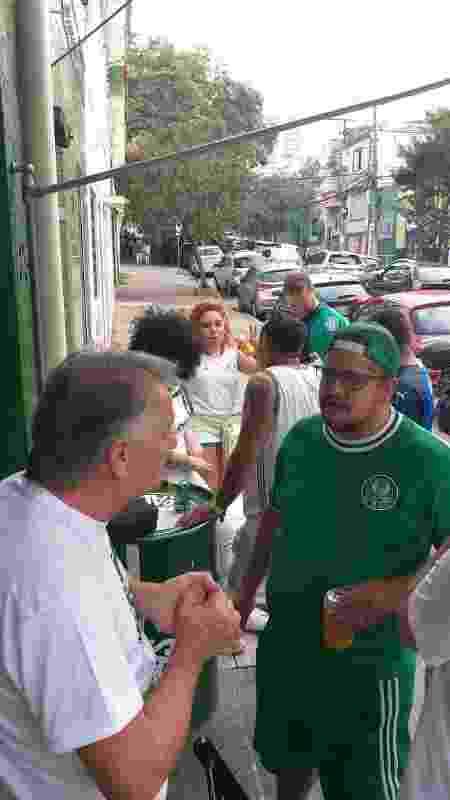 Palmeirenses escutam o jogo no feriado, com direito a churrasco e cerveja - Diego Salgado/UOL Esporte