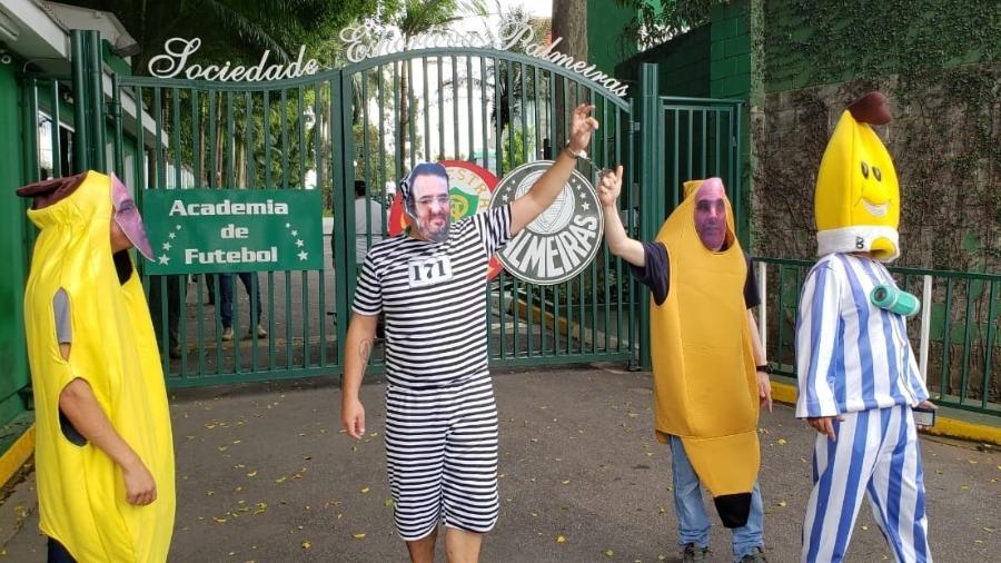 Protesto de torcedores organizados em frente ao Palmeiras: bananas de pijama e máscaras de Mattos - Danilo Lavieri/UOL