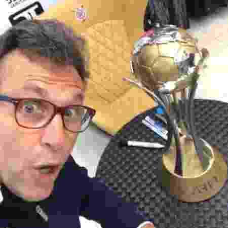 Neto posa ao lado da taça do Mundial de Clubes - Reprodução / Instagram