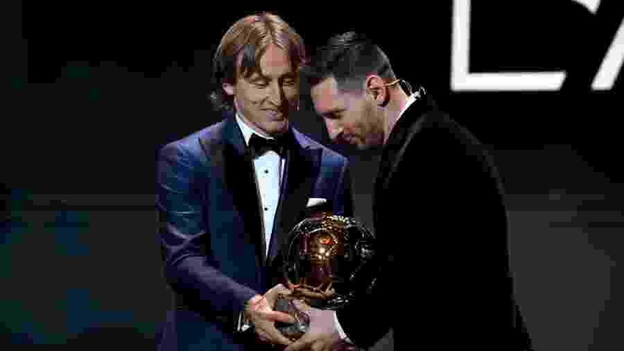 Luka Modric passa a Bola de Ouro para Lionel Messi - Kristy Sparow/Getty Images