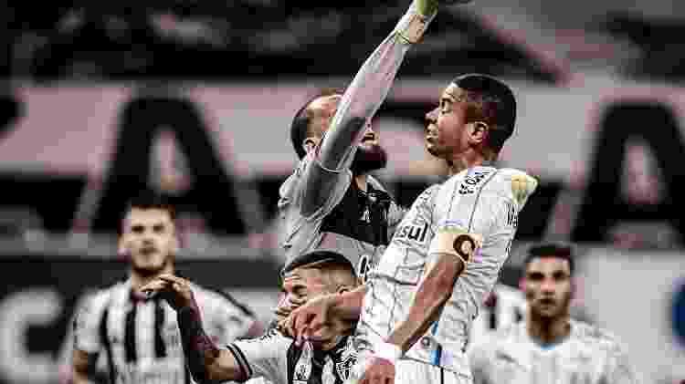 Everson e David Braz disputam bola pelo alto, na partida entre Atlético-MG e Grêmio - Marcelo Alvarenga/ Foto FC / UOL - Marcelo Alvarenga/ Foto FC / UOL