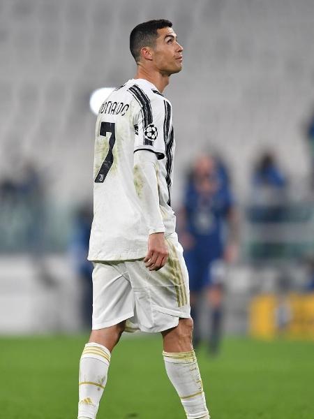 Cristiano Ronaldo fica abatido após eliminação da Juventus na Liga dos Campeões - Valerio Pennicino/Getty Images