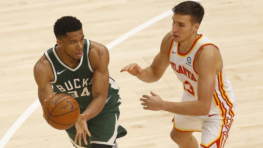 Giannis Antetokounmpo, do Milwaukee Bucks, sob a marcação de Bogdan Bogdanovic, do Atlanta Hawks, em jogo da NBA - Michael Zarrilli/Getty Images/AFP