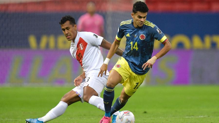 Luis Diaz, da Colômbia, e Renato Tapia, do Peru, disputam a bola na decisão do 3º lugar da Copa América - Pedro Vilela/Getty Images