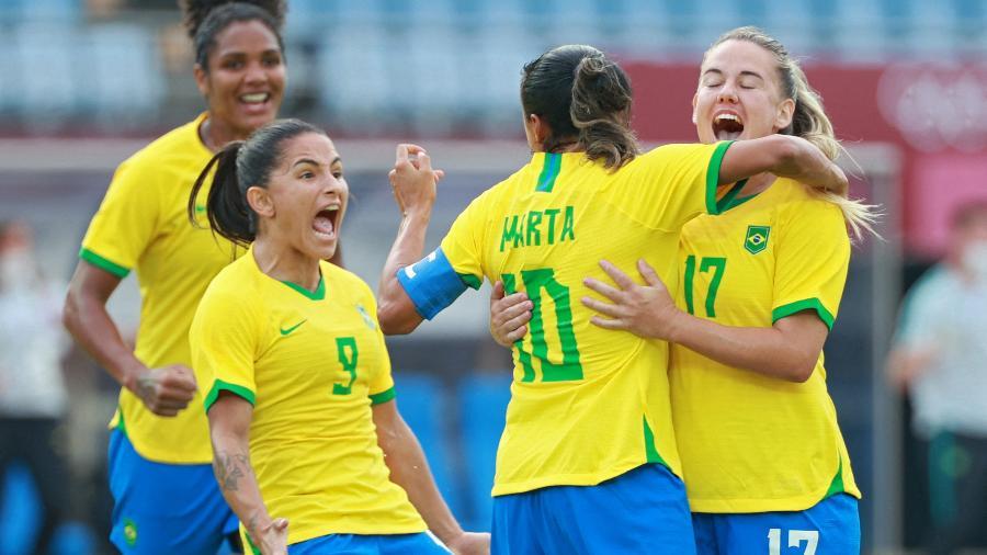 Jogadoras da seleção brasileira comemoram gol marcado sobre a China na estreia das Olimpíadas - AFP