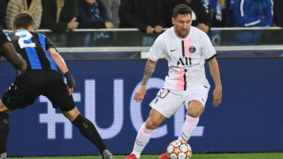 Messi driblou a defesa do Brugge e mandou a bola no travessão - REUTERS/Piroschka Van De Wouw