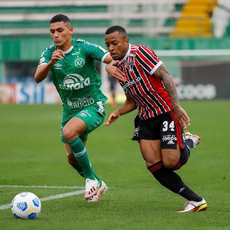 Léo Gomes e Welington disputam lance no jogo entre Chapecoense e São Paulo - Dinho Zanotto/AGIF
