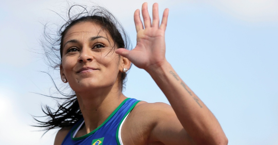 Ana Claudia Silva comemora a classificação nos 100m na primeira colocação