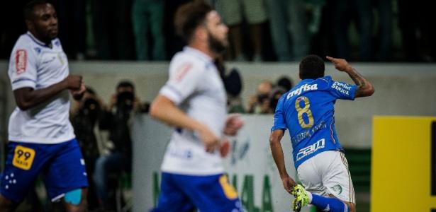 Cleiton Xavier anotou um gol decisivo diante do Cruzeiro em 2015