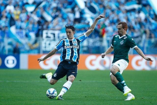 Pedro Geromel disputa a bola com Zé Love em Grêmio x Goiás