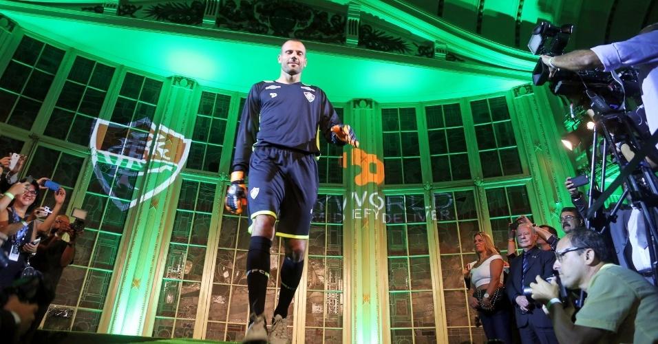 Diego Davalieri mantém a tradição e segue com o azul no gol do Flu. esse um pouco mais escuro