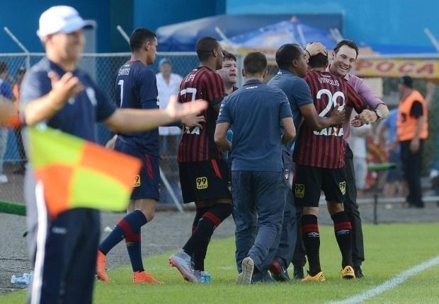 Vinicius comemora com a comissão técnico o gol marcado para o Atlético-PR sobre o Londrina