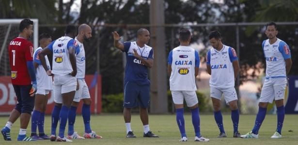 Técnico Deivid orienta jogadores do Cruzeiro em treinamento na Toca da Raposa