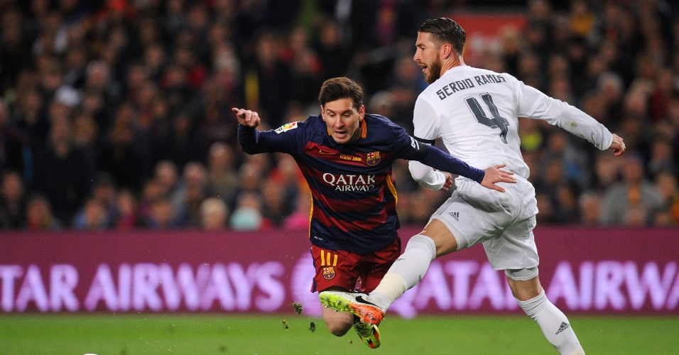 Lionel Messi, do Barcelona, é derrubado por Sergio Ramos, do Real Madrid, em lance polêmico no qual o time da casa pediu pênalti