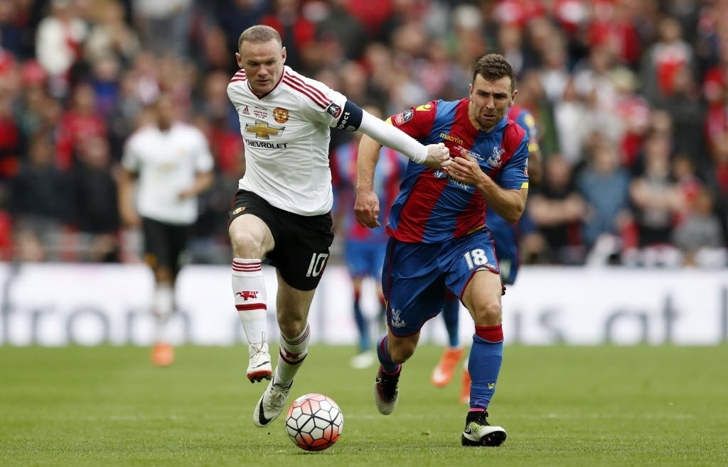 Wayne Rooney, do Manchester United, encara marcação do jogador do Crystal Palace na final da Copa da Inglaterra