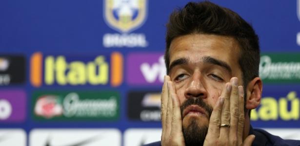 Alisson, da seleção brasileira, se estica durante coletiva de imprensa