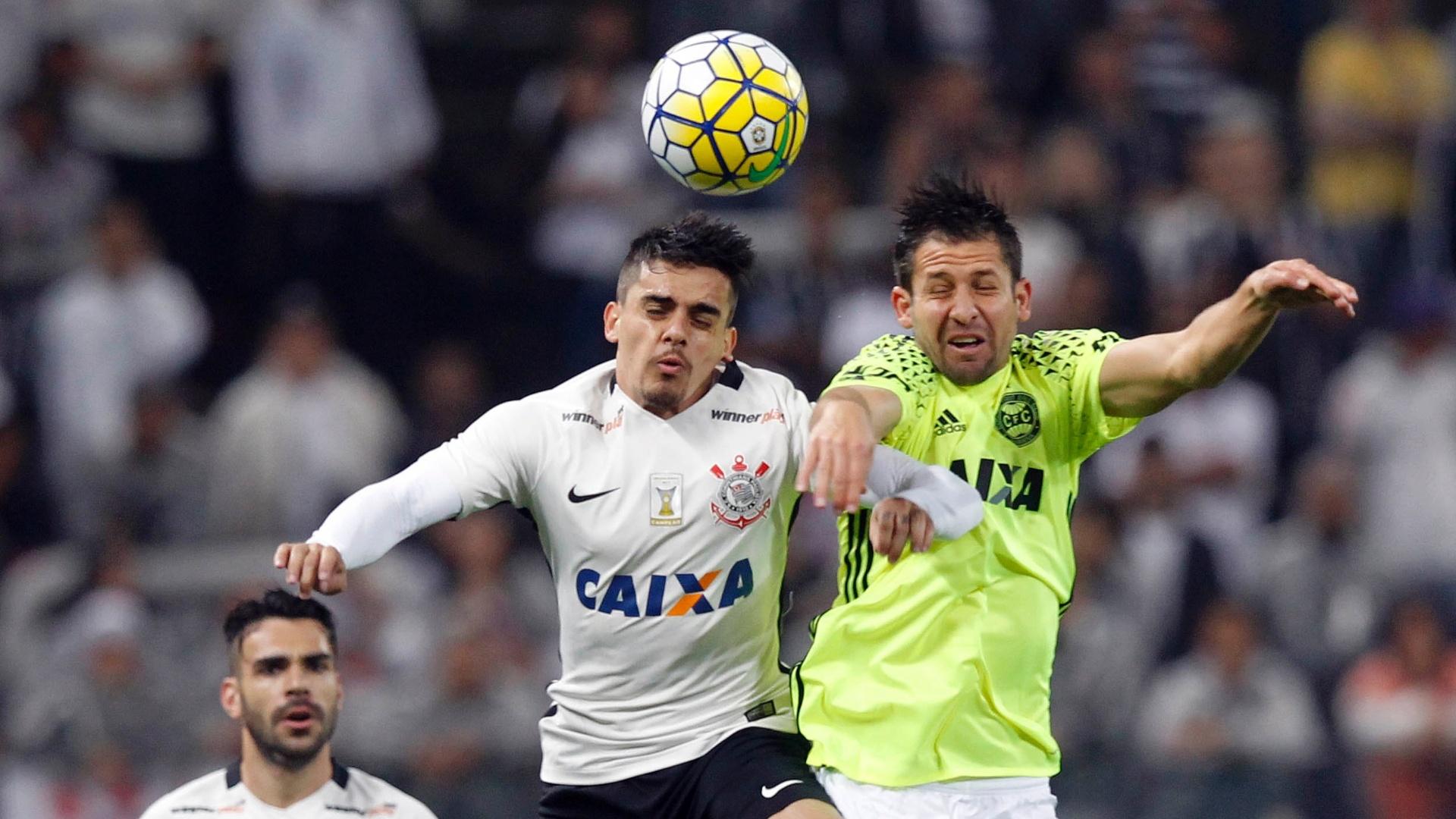 Fagner disputa bola pelo alto na partida do Corinthians contra o Coritiba, no Brasileirão
