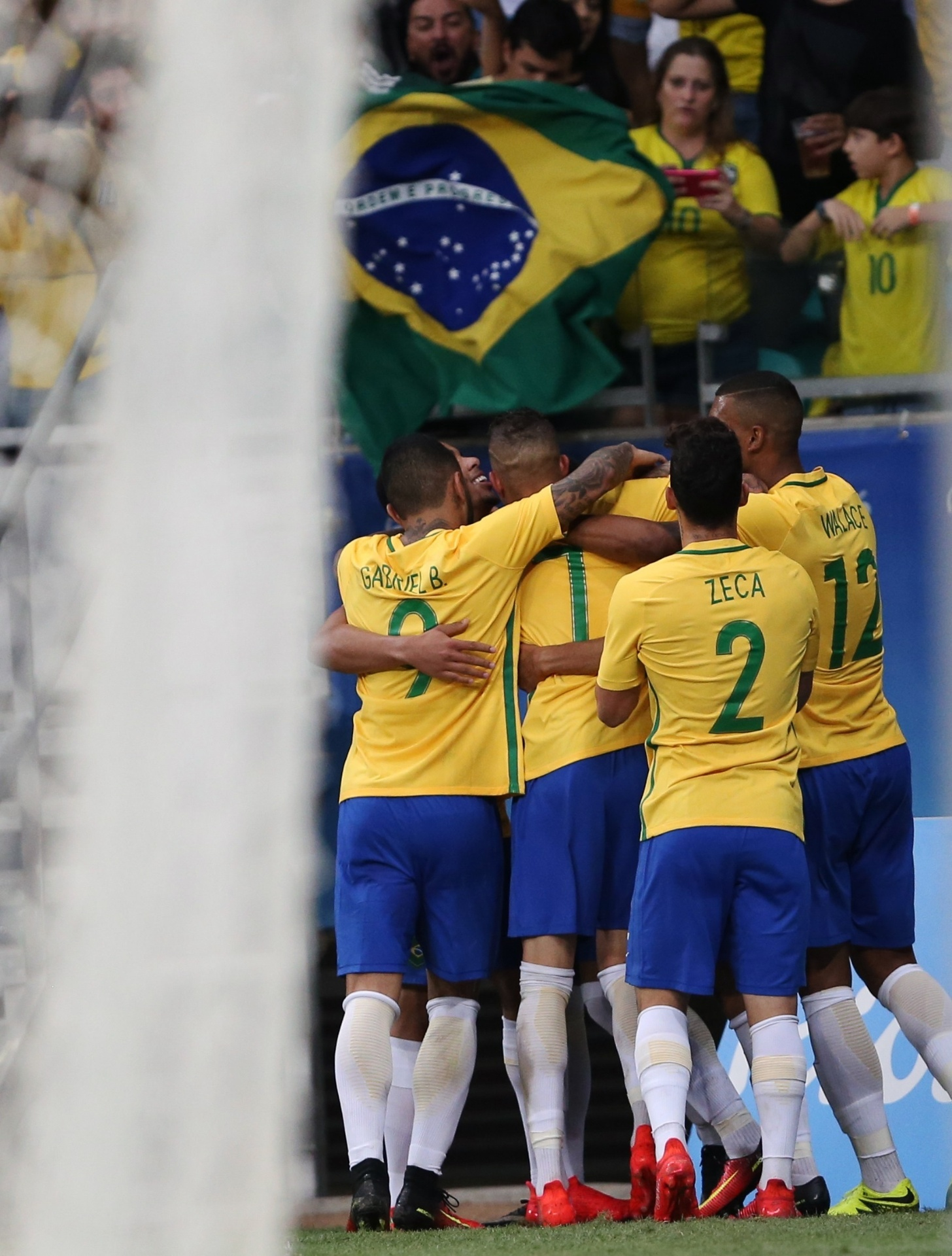 Jogadores comemoram o gol de Luan, o terceiro do Brasil, contra a Dinamarca