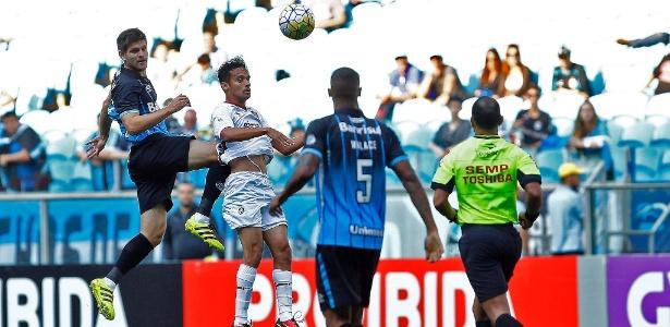 Kannemann rebate a bola e acerta jogador do Fluminense em partida na Arena