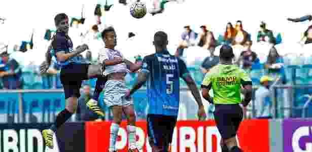 Kannemann rebate a bola e acerta jogador do Fluminense em partida na Arena - Rodrigo Rodrigues/Grêmio