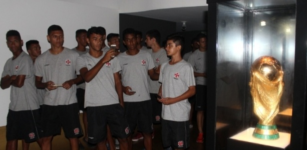 Jovens da base do Vasco visitam o Museu da CBF através do projeto do clube
