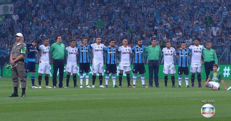 Jogadores de Atlético-MG e Grêmio e membros da imprensa prestam homenagem à Chapecoense