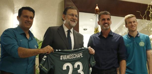 Mariano Rajoy, primeiro-ministro da Espanha, recebe a camisa da Chapecoense - Diego Crespo/EFE