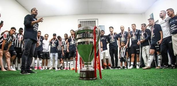 Roger Machado fala com os jogadores do Atlético-MG após a conquista do Mineiro
