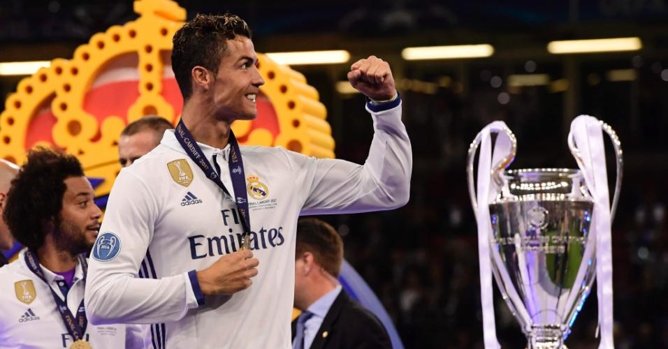 Cristiano Ronaldo sorri e faz gestos para a torcida após conquistar a Champions