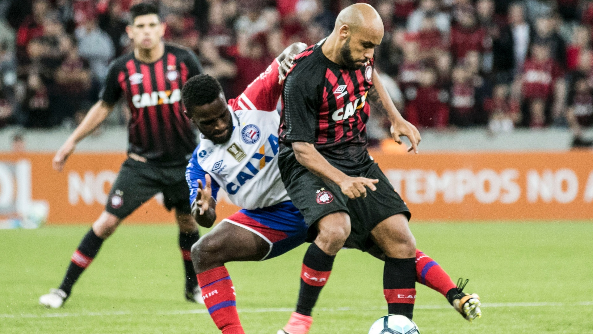 Jonathan e Mendoza disputam bola em Atlético-PR x Bahia