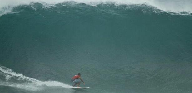 Surfista pega onda na Cacimba do Padre, em Fernando de Noronha (PE)